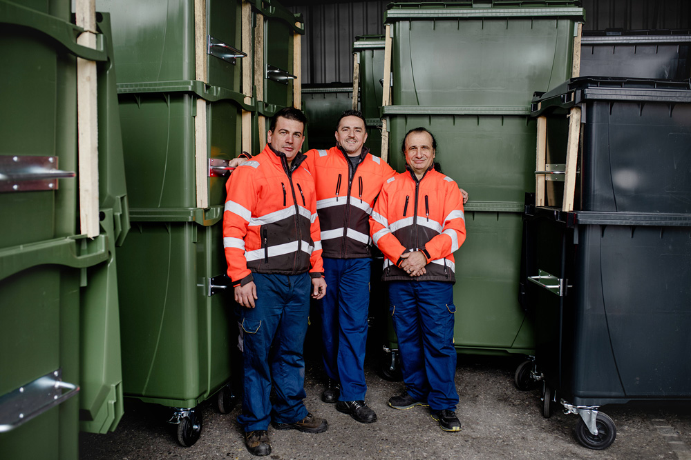 L'équipe dans l'entrepôt à conteneurs