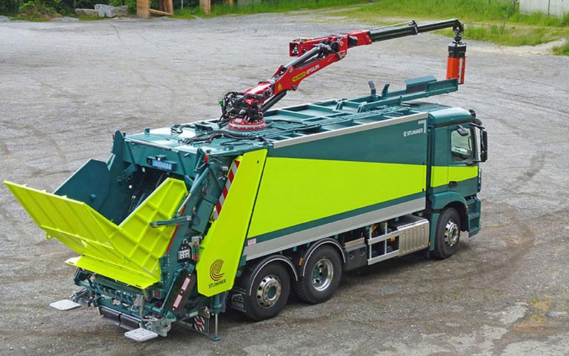Sonderaufbauten von Contena Ochsner: Kehrichtfahrzeuge mit Kran