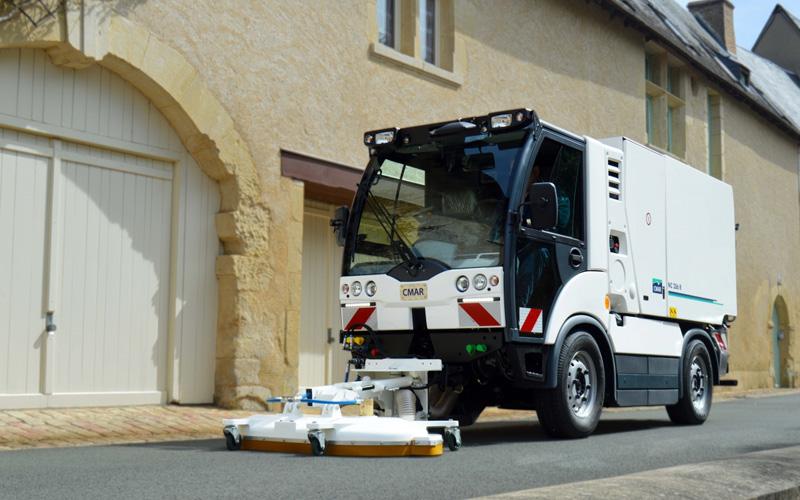 Straßenreiniger CMAR NC 286R mit Spülwasser-Saugsystem für einen trockenen und sauberen Boden.